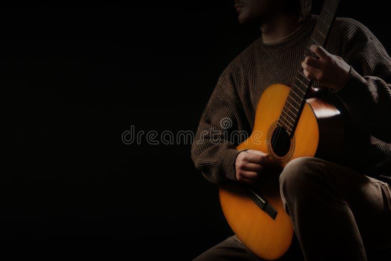 Akustisches Spielen der Gitarristmusiker-Gitarre Gitarrist, der Akustikgitarre spielt stockfotos