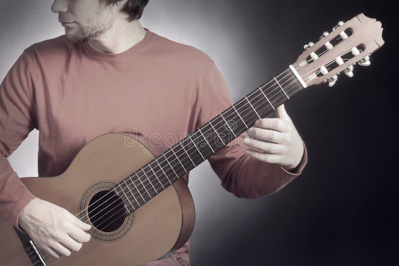 Akustisches Spielen der Gitarristmusiker-Gitarre Klassischer Gitarrist, der akustisches guit spielt stockbild