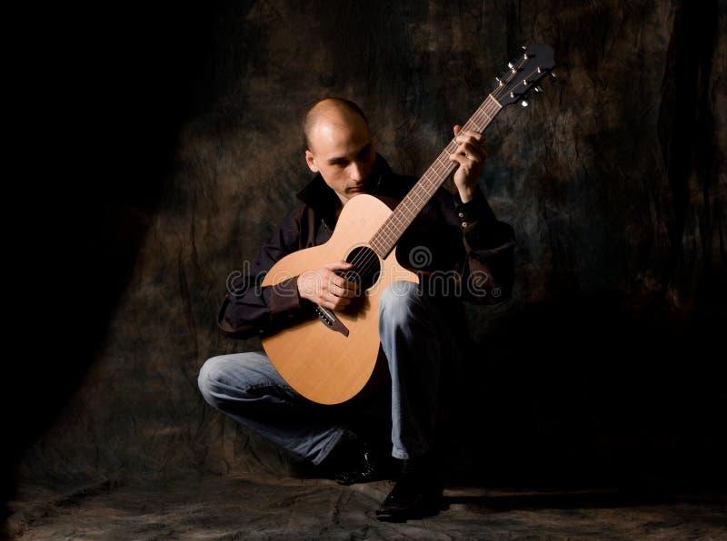 akustisk gitarrman royaltyfri foto
