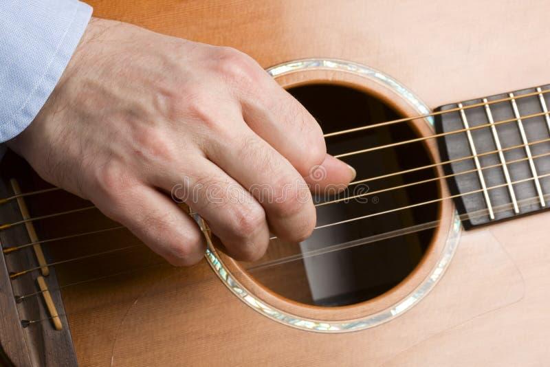 akustisk gitarrspelare royaltyfri bild