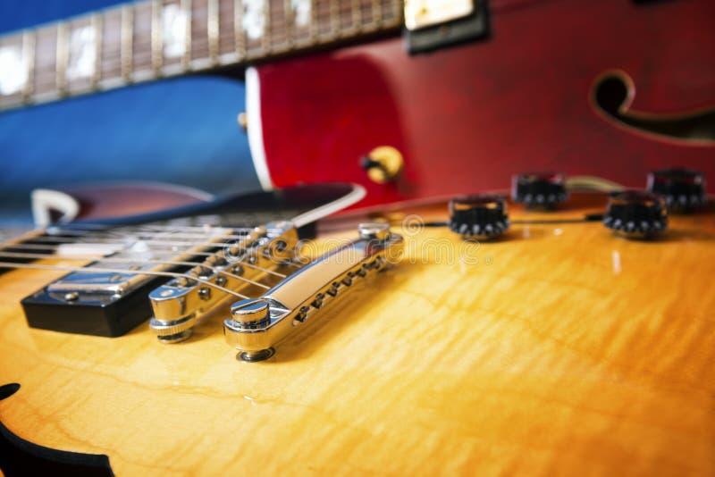 Download Akustiska Gitarrer I Blå Bakgrund Fotografering för Bildbyråer - Bild av spelrum, etapp: 78728017