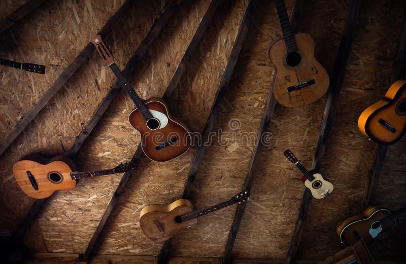 Akustiska gitarrer som hänger från taket royaltyfri fotografi