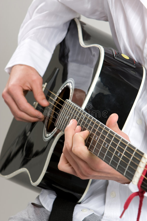 akustiskt leka för gitarr royaltyfria bilder