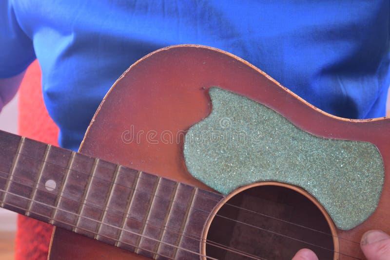 akustiskt leka för gitarrman Musikaliskt begrepp royaltyfri foto