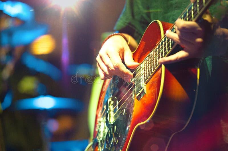Akustyczny basista w grupie pop - folk zdjęcia royalty free