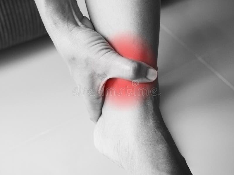 Akute Schmerz mit Knöchelschmerz Kompression der Sehnen lizenzfreies stockbild
