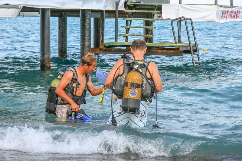 Akwalungów nurkowie nurkować w morze śródziemnomorskie Camyuva fotografia stock