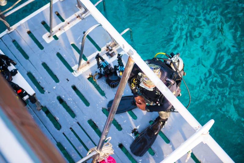 Akwalungów nurkowie z wyposażeniem przed nurkować przy Similan żołnierzem piechoty morskiej Nati zdjęcie stock