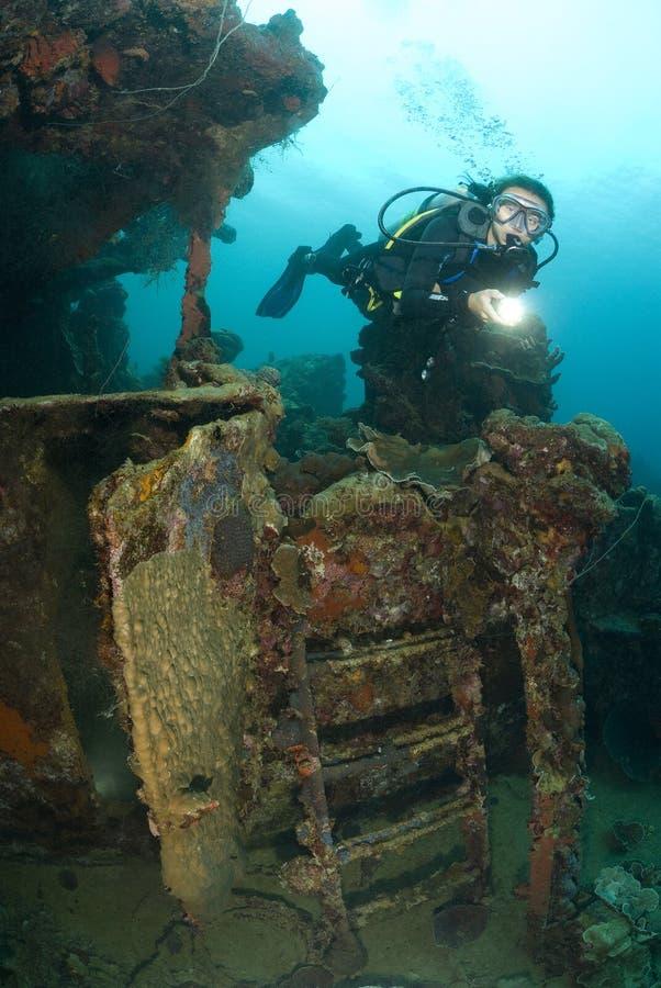 Akwalungu młody żeński Nurek bada shipwreck obraz stock