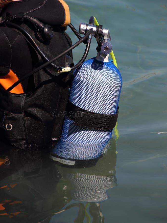 Akwalungu nurkowy wyposażenie na zadku nurek w wodzie obraz royalty free