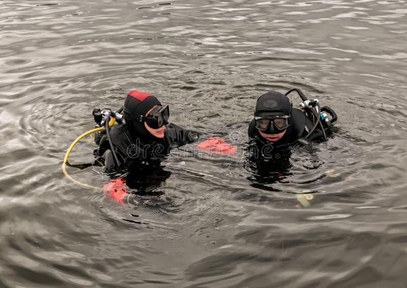 Akwalungu pikowanie w halnym jeziorze, ćwiczy techniki dla przeciwawaryjnych ratowników immersja w zimnej wodzie obrazy royalty free