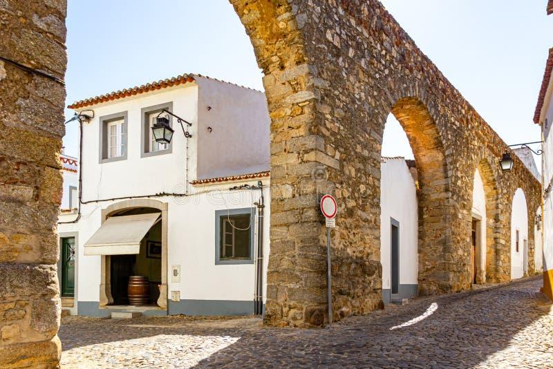 Akwedukt po środku miasta Evora zdjęcie royalty free