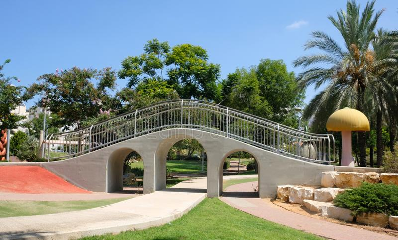 Akwedukt w dziecka ` s parku w mieście Holon w Izrael zdjęcie stock