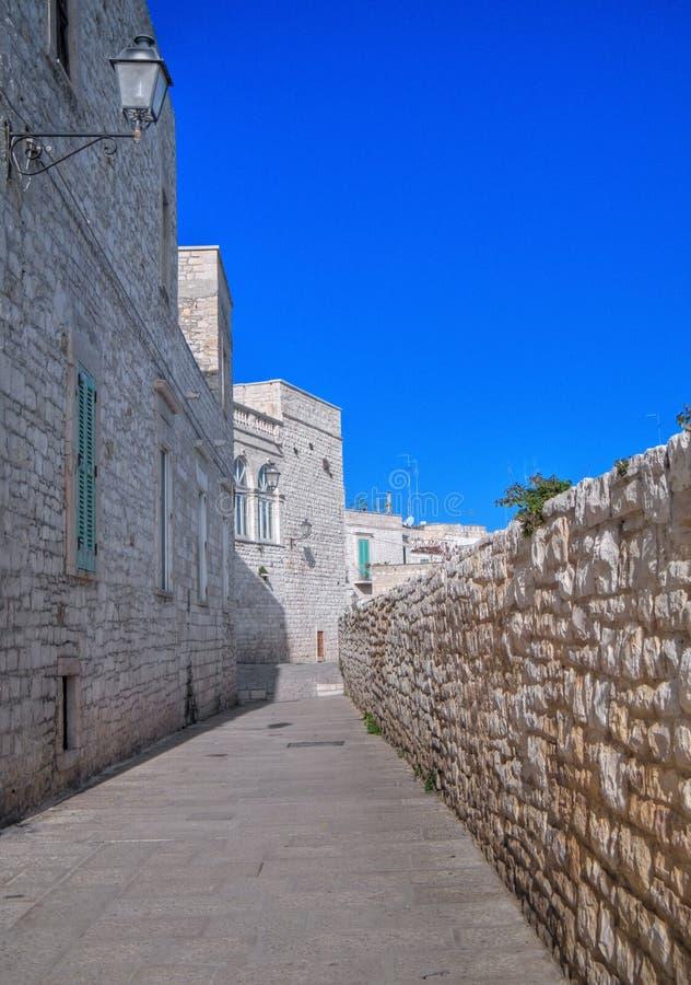 Download Aléia Característica De Giovinazzo. Apulia. Foto de Stock - Imagem de sombra, arquitetura: 12808386