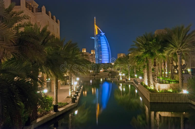 Al阿拉伯burj晚上 库存图片