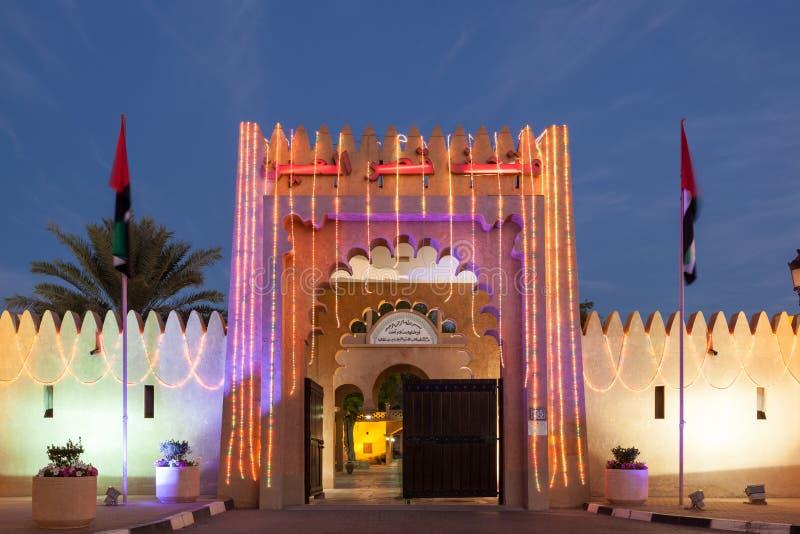 Al Ain pałac iluminujący przy nocą obraz royalty free