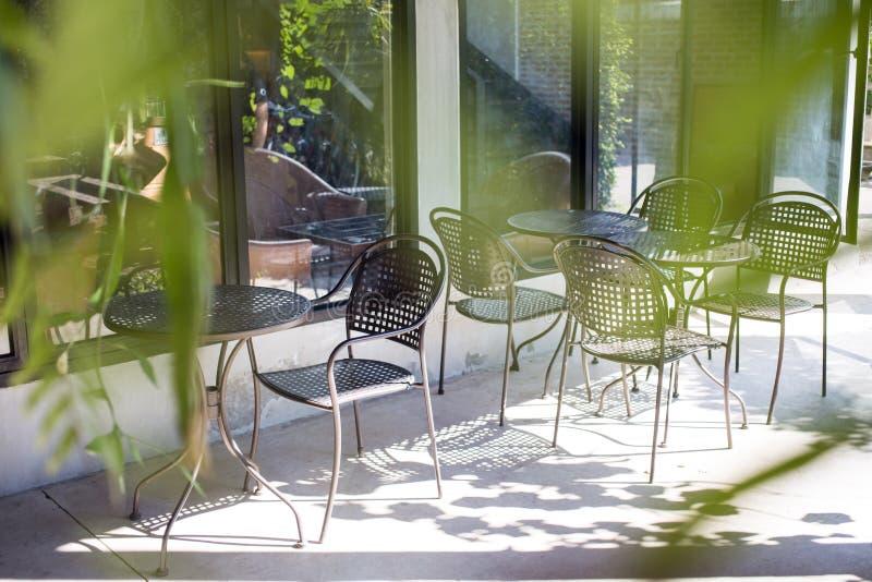 Al aire libre desapasible del café o de la tabla del café de la silla y de la tabla en tienda imagenes de archivo
