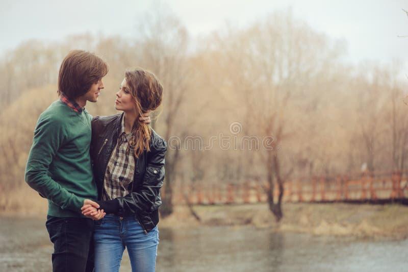 Al aire libre felices de los pares cariñosos junto en paseo lluvioso en lado del país, imagen de archivo