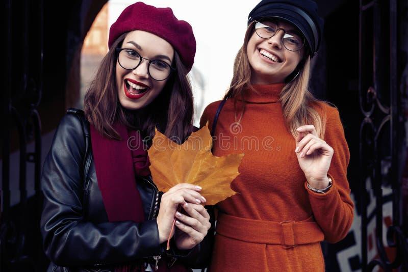 Al aire libre forme a los amigos de muchachas de los jóvenes del retrato bastante mejor en abrazo amistoso El caminar en la ciuda foto de archivo