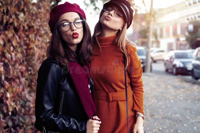 Al aire libre forme a los amigos de muchachas de los jóvenes del retrato bastante mejor en abrazo amistoso El caminar en la ciuda fotografía de archivo libre de regalías