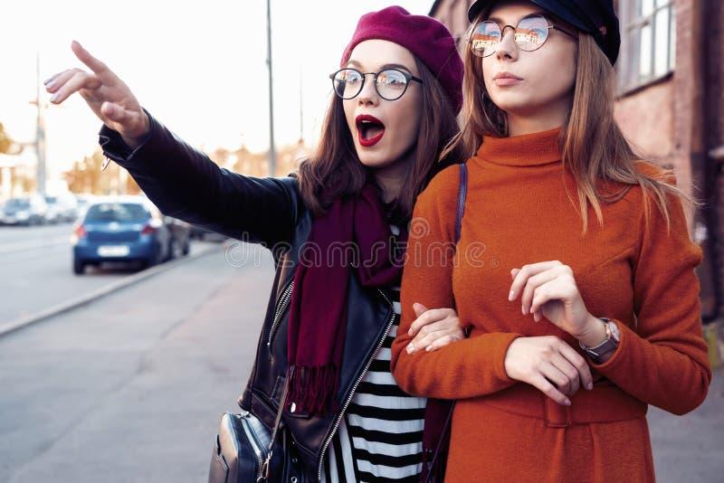 Al aire libre forme a los amigos de muchachas de los jóvenes del retrato bastante mejor en abrazo amistoso El caminar en la ciuda imagenes de archivo