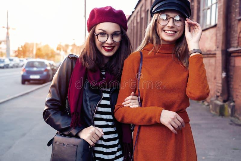 Al aire libre forme a los amigos de muchachas de los jóvenes del retrato bastante mejor en abrazo amistoso El caminar en la ciuda imagen de archivo