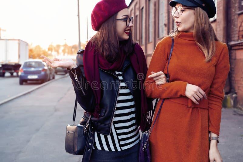 Al aire libre forme a los amigos de muchachas de los jóvenes del retrato bastante mejor en abrazo amistoso El caminar en la ciuda fotos de archivo libres de regalías