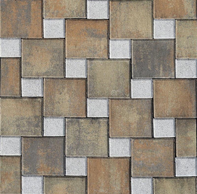 Al aire libre pavimento hecho por las tejas cuadradas marrones grandes y las pequeñas tejas blancas Fondo y textura imagen de archivo libre de regalías