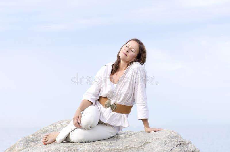 Al aire libre relajado pacífico de la mujer madura aislada foto de archivo libre de regalías