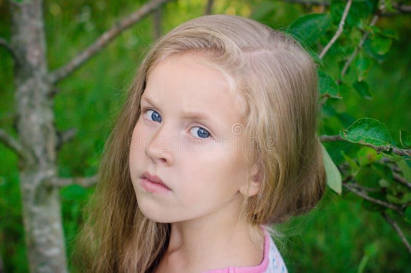 Al aire libre retrato de la chica joven hermosa foto de archivo libre de regalías