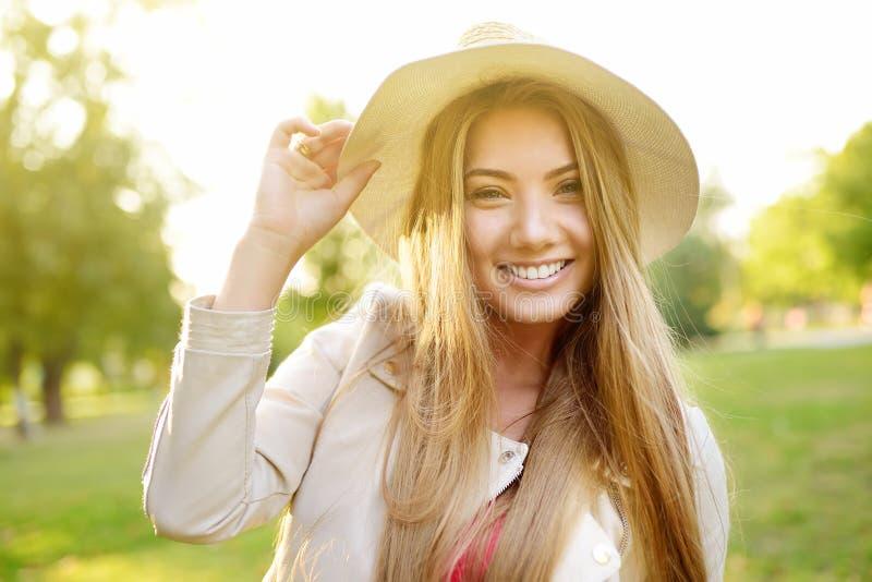 Al aire libre retrato de la mujer joven deliciosa Paseo cauc?sico encantador de la muchacha en d?a soleado fotografía de archivo libre de regalías
