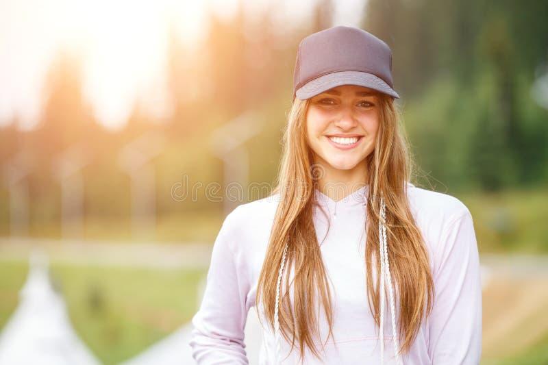 Al aire libre retrato de la mujer sonriente joven hermosa foto de archivo libre de regalías