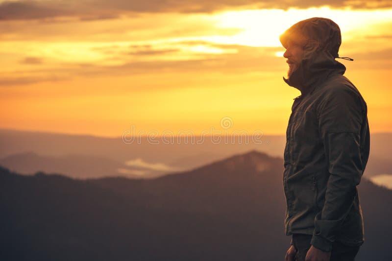 Al aire libre solo derecho barbudo del viajero del hombre foto de archivo