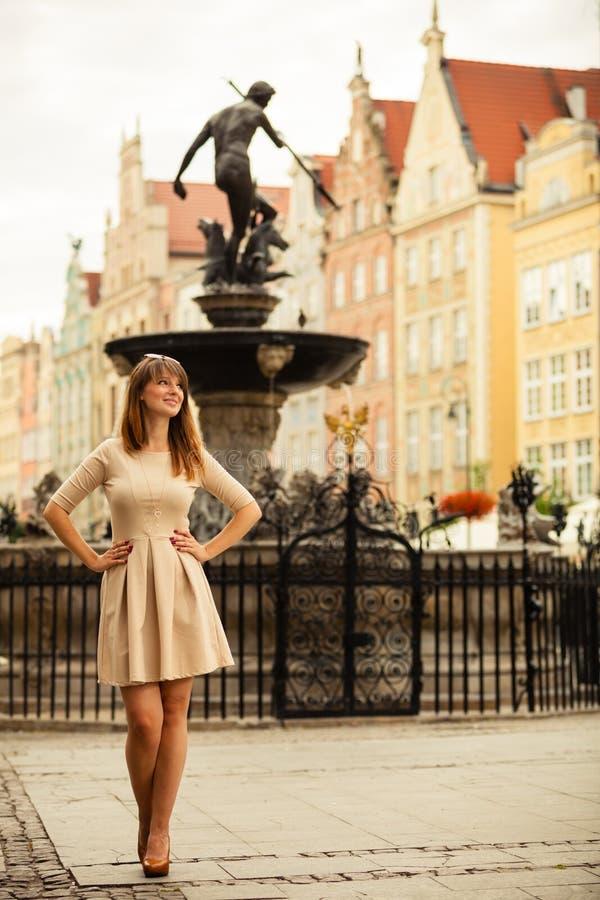 Al aire libre turístico de la mujer de la moda en la calle de la ciudad fotos de archivo