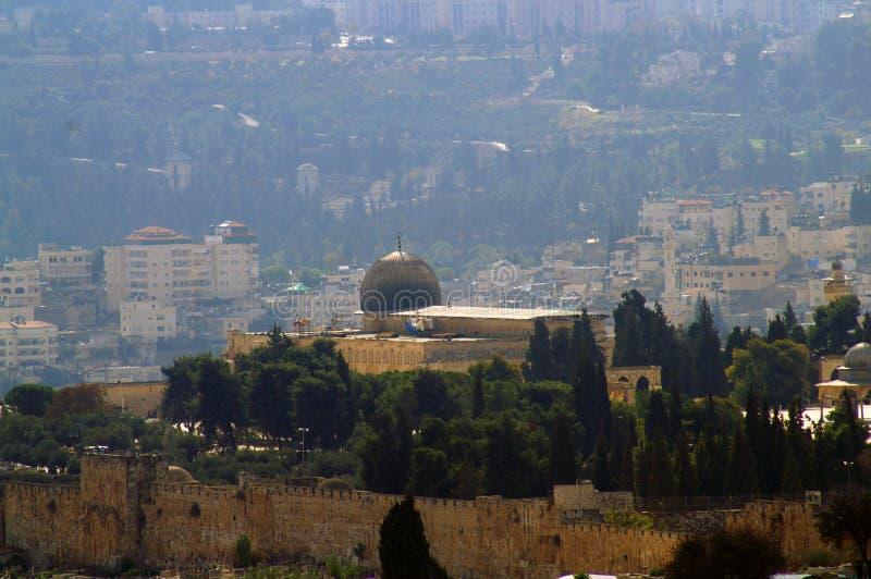 Al-Aqsamoskén i bakgrunden av Jerusalem royaltyfria foton