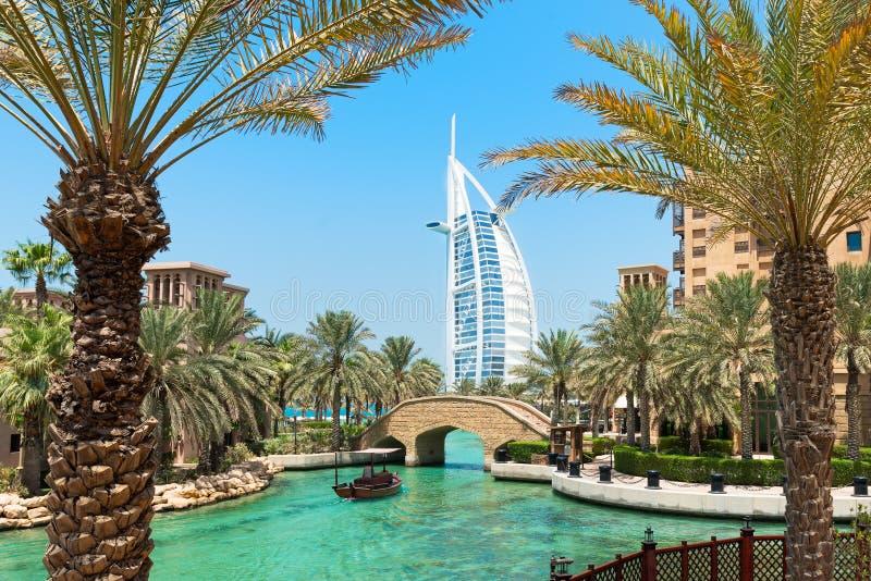 Al Arab-hotel Madinat Jumeirah in Doubai met palmen stock afbeeldingen