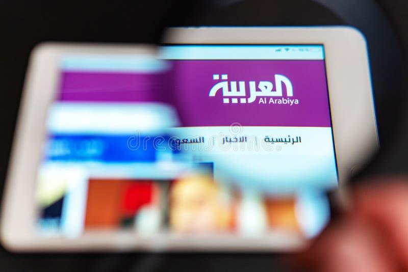 Al Arabiya nowego kanału logo widoczny przez powiększać - szkło obraz royalty free