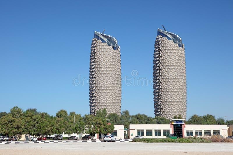 Al Bahr Towers na cidade de Abu Dhabi imagens de stock