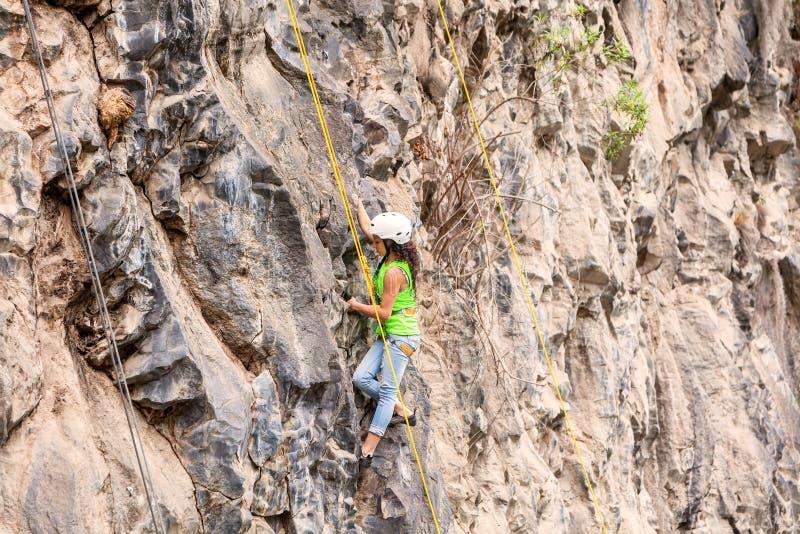 Al Basalto de Tungurahua, ragazza di Desafio dell'adolescente che scala una parete della roccia immagini stock