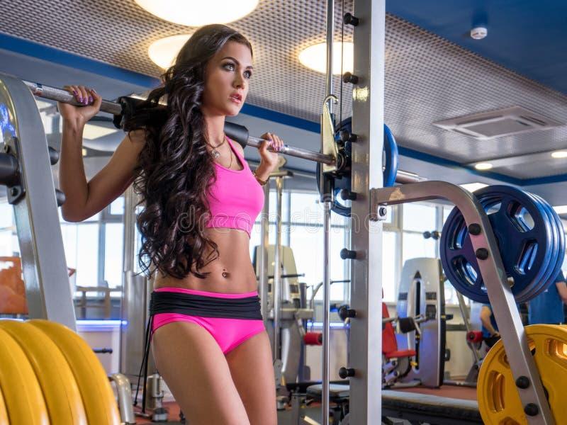 Al centro fitness Bel allenamento con Barbell. fotografia stock