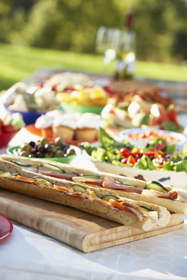 Al che pranza la tabella presentata affresco dell'alimento fotografie stock