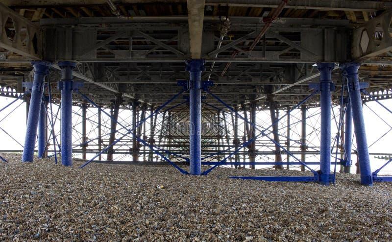 Al di sotto del pilastro della spiaggia di Eastbourne nel sole di estate fotografia stock libera da diritti