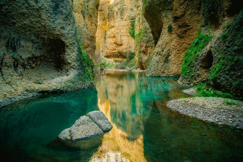 Al fondo della casa Del Rey Moro della La, Ronda, gola del canyon della Spagna fotografia stock