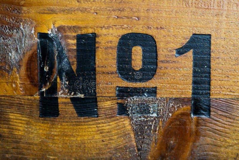 Al glamour is gegaan: Nummer één schilderde op oude houten doos stock fotografie