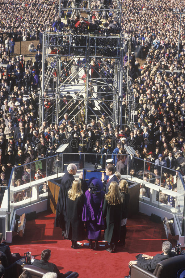Al Gore, poprzednia rozpusta - prezydent, bierze ślubowanie na Inauguracyjnym dniu od prezesa sądu William Rehnquist na Styczniu  obraz stock