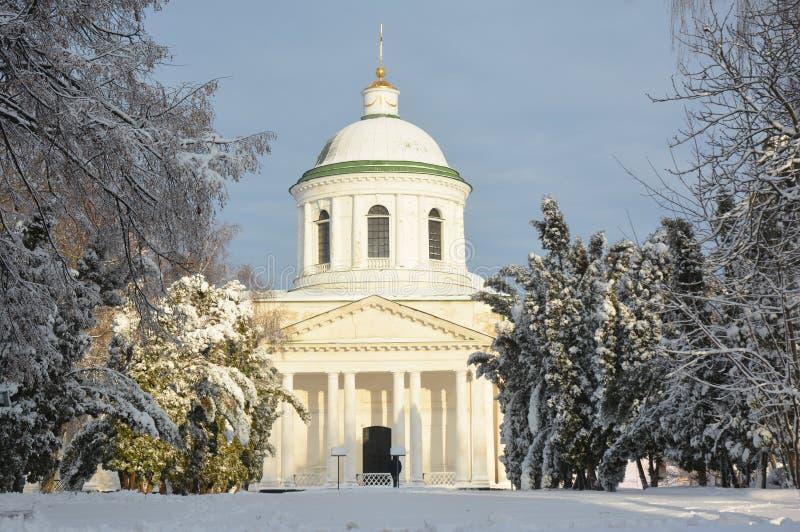 Al Heiligenkerk behandelde sneeuw in Nizhyn, de Oekraïne Orthodoxe Kerk van de Oekraïense Orthodoxe Kerk van de Oekraïne of stock afbeelding