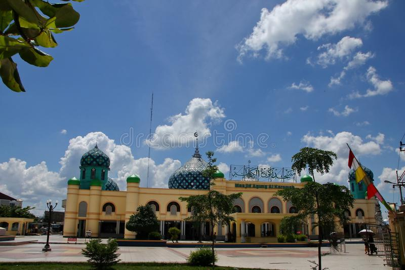 Al Karomah Great Mosque el lugar de culto principal para los musulmanes en la ciudad de Banjarbaru fotos de archivo