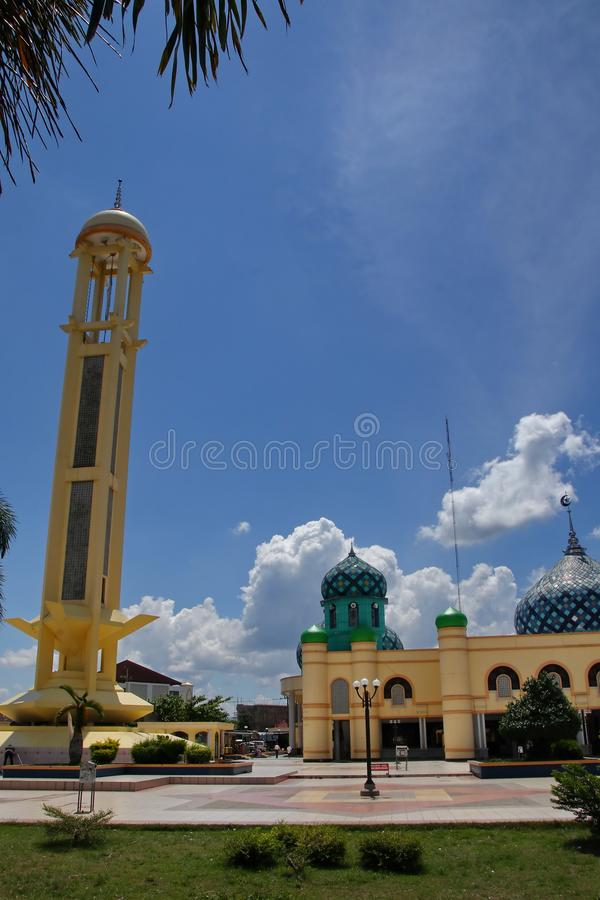 Al Karomah Great Mosque el lugar de culto principal para los musulmanes en la ciudad de Banjarbaru fotos de archivo libres de regalías