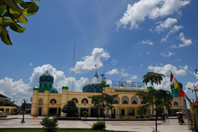 Al Karomah Great Mosque o lugar de culto principal para mu?ulmanos na cidade de Banjarbaru fotos de stock