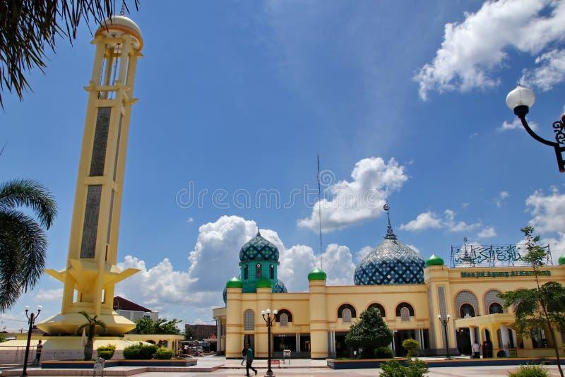 Al Karomah Great Mosque o lugar de culto principal para mu?ulmanos na cidade de Banjarbaru imagens de stock royalty free